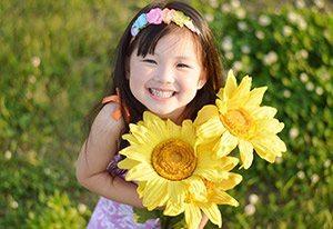 保育園児 女の子と向日葵