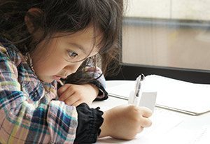 プリスクール子供が勉強している。